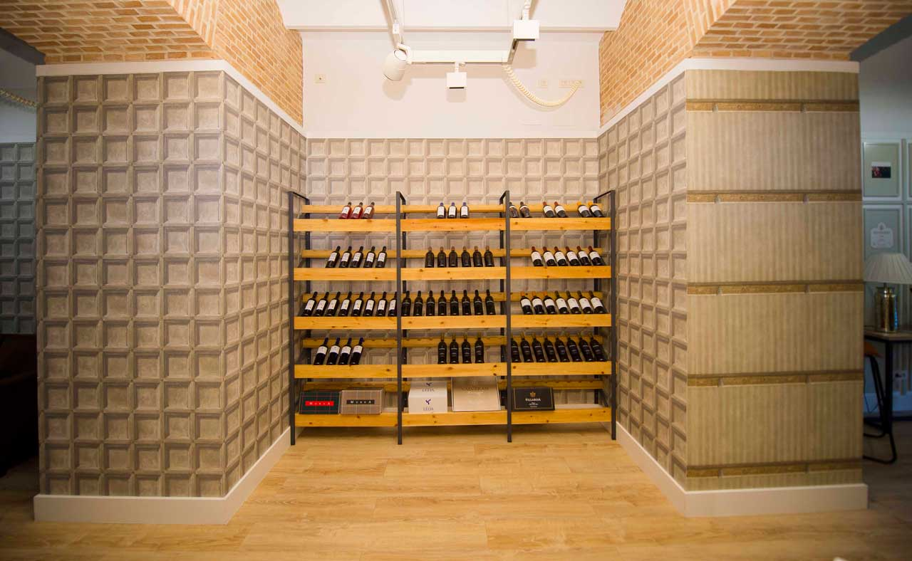 expositor de vinos en oficina