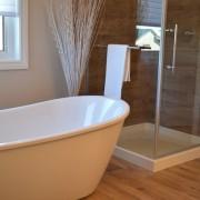 los materiales más prácticos para el baño