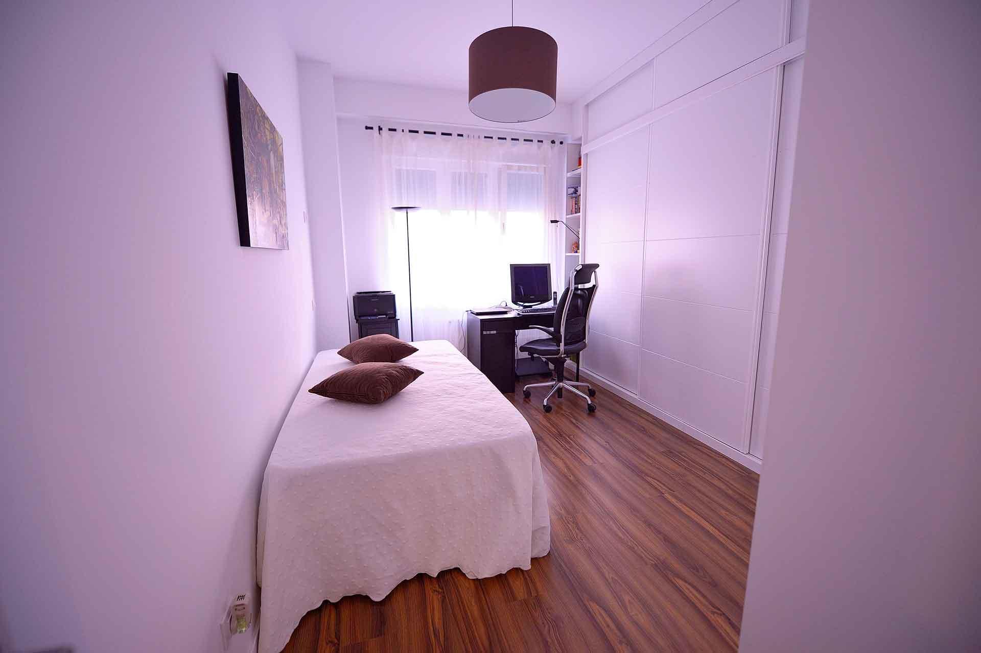 dormitorio juvenil de piso reformado en el barrio de Salamanca