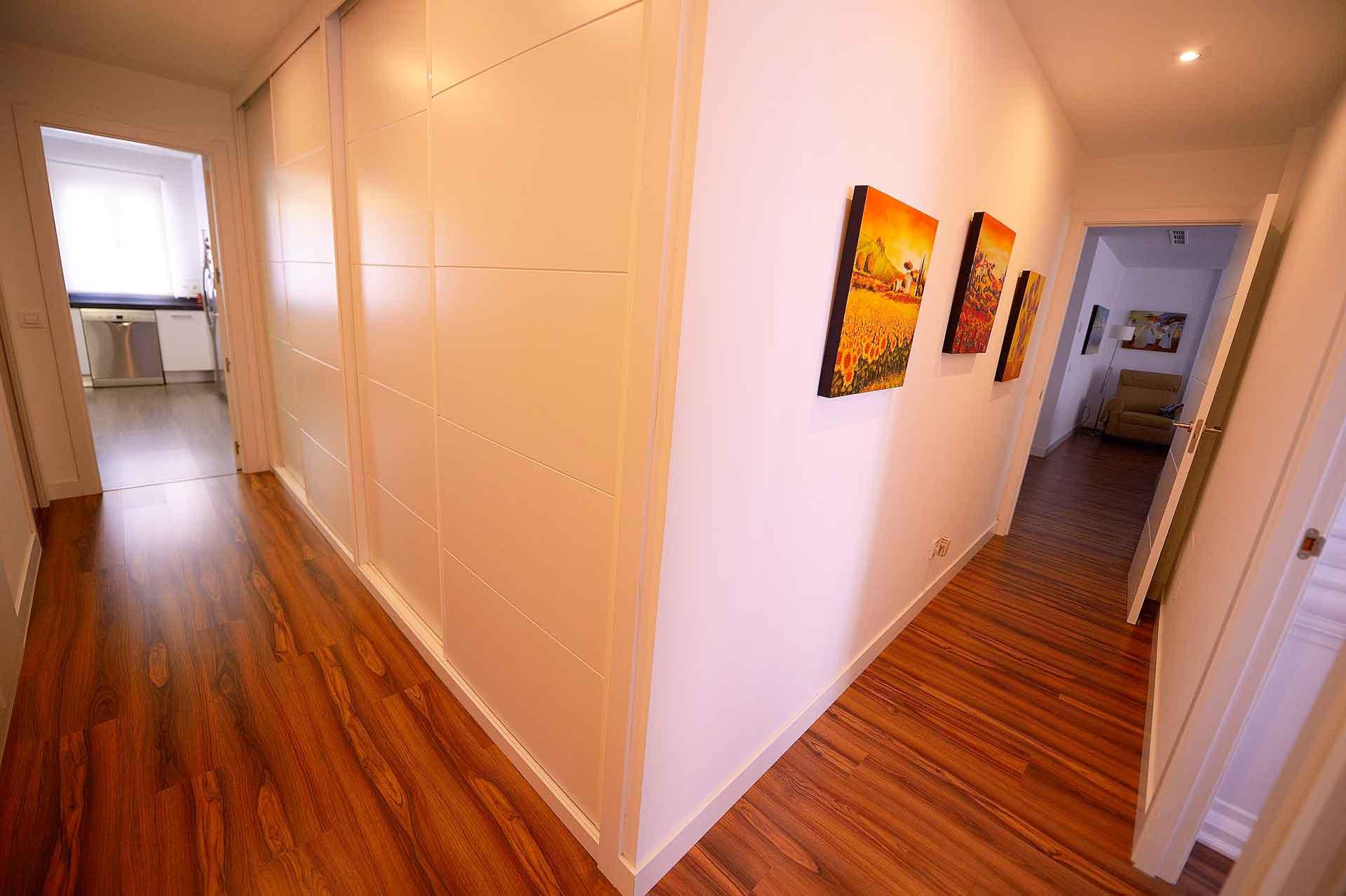 pasillo después de reforma en piso barrio Salamanca