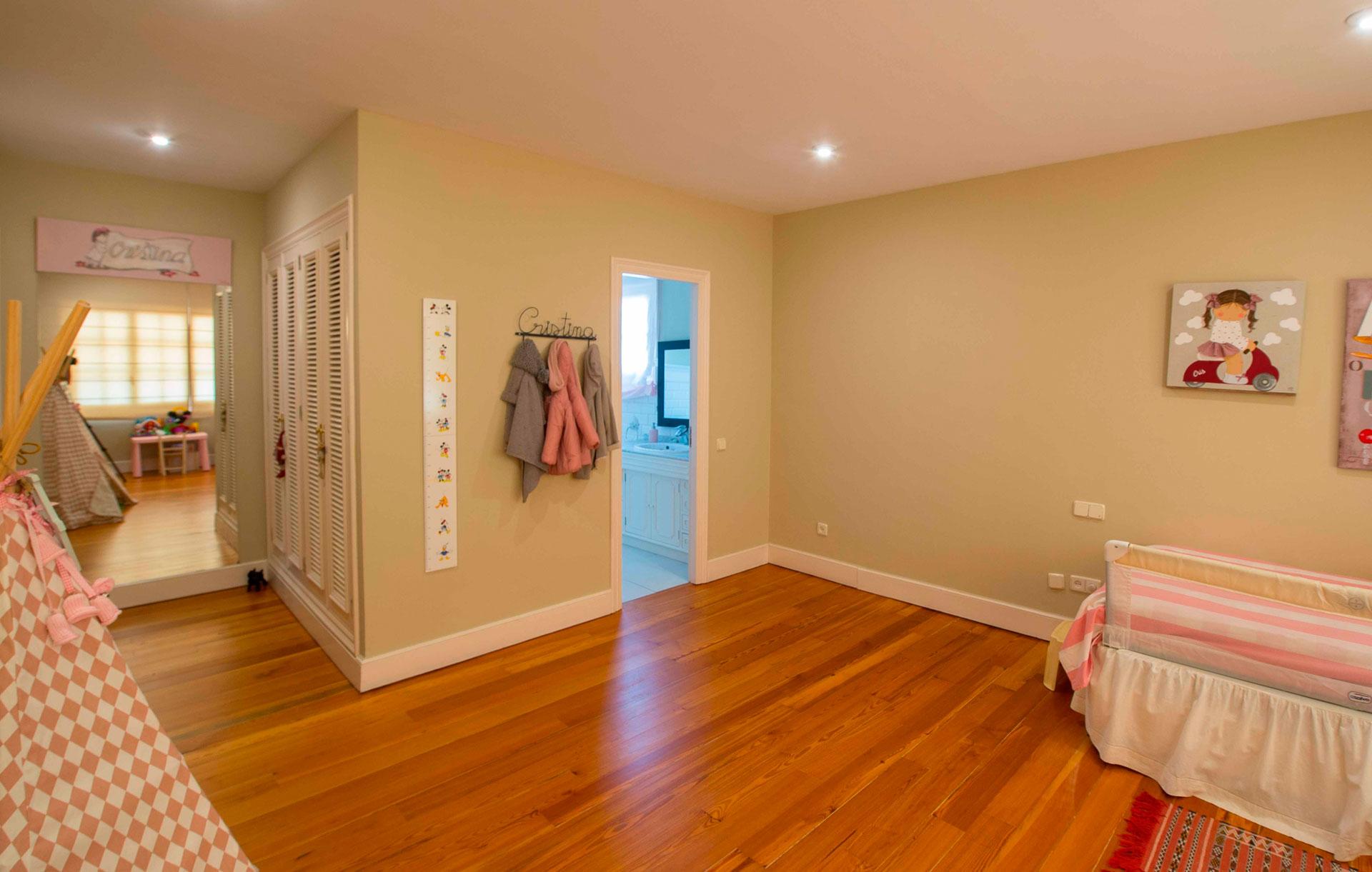 habitación infantil con baño en chalet de Madrid, urbanización La Florida