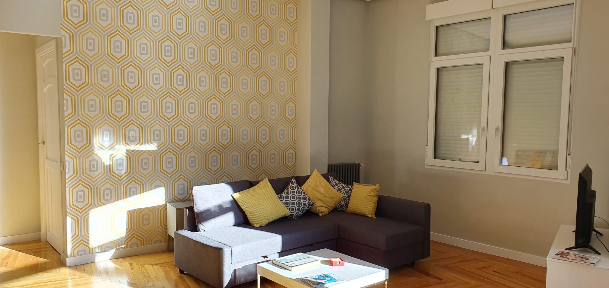 Decoración papel pintado en apartamento en la Calle Gran Vía de Madrid