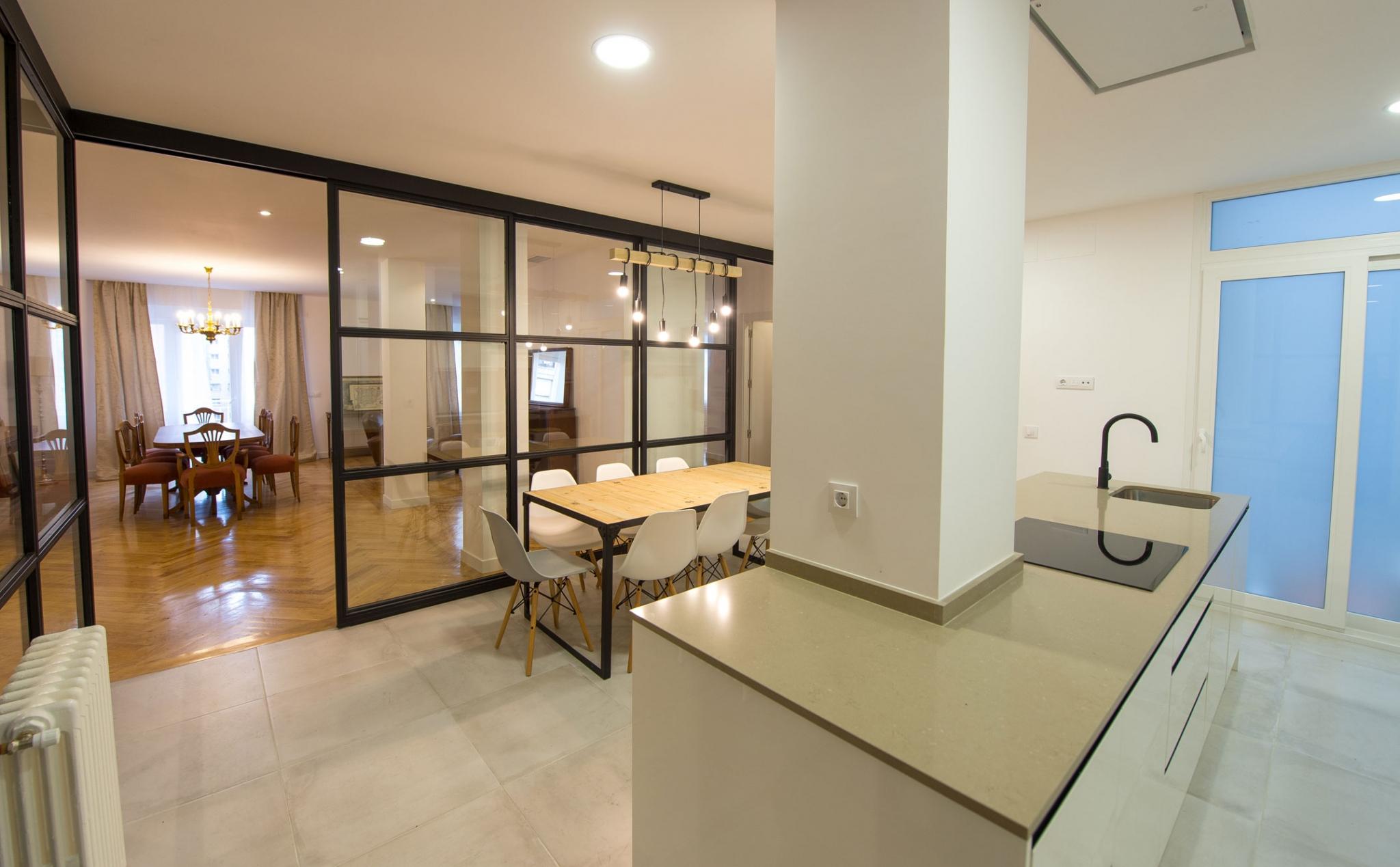 Cocina con paredes acristaladas en Madrid