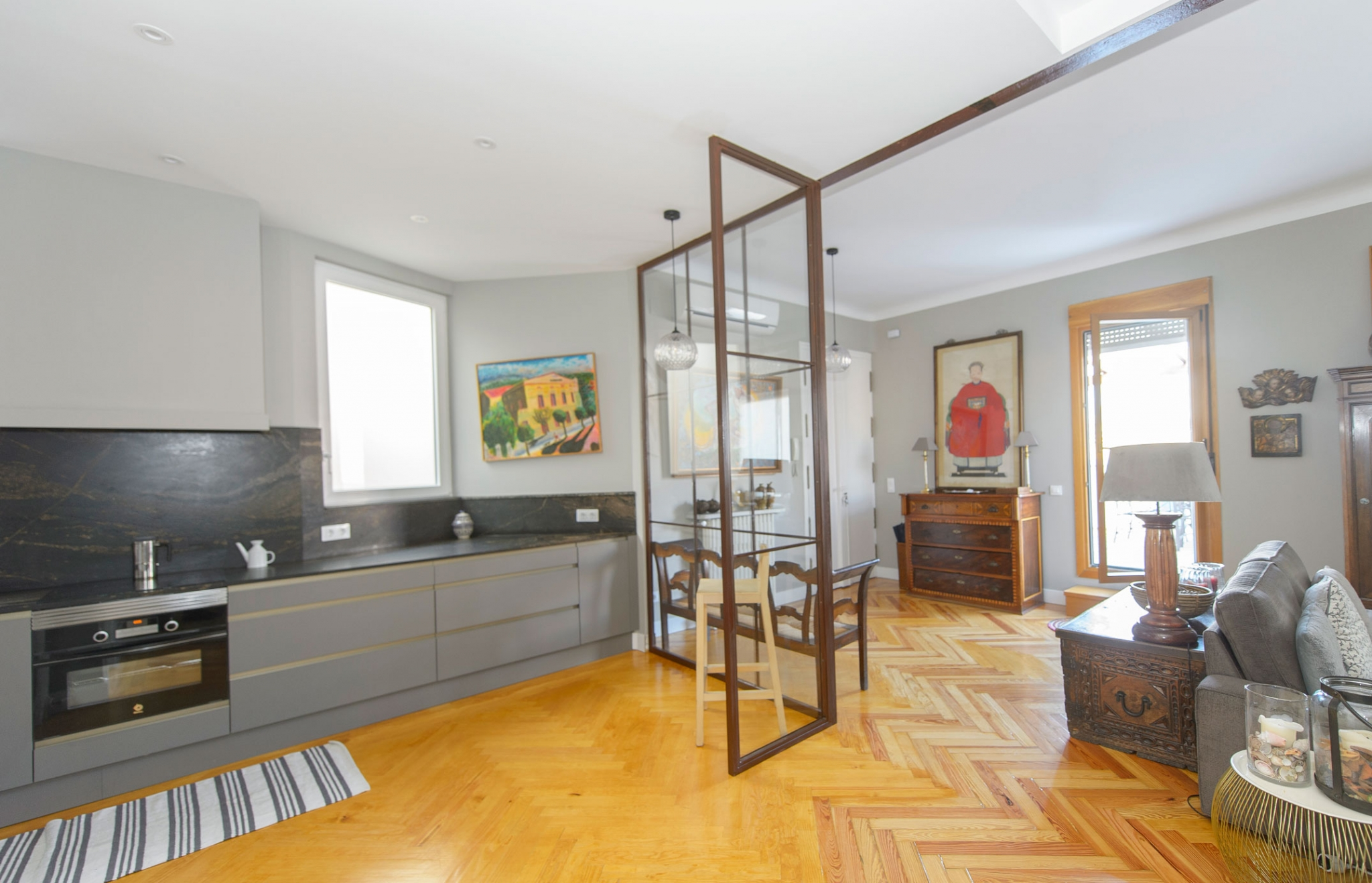 Salón y cocina en piso de la calle Veláquez separado por vidrieras