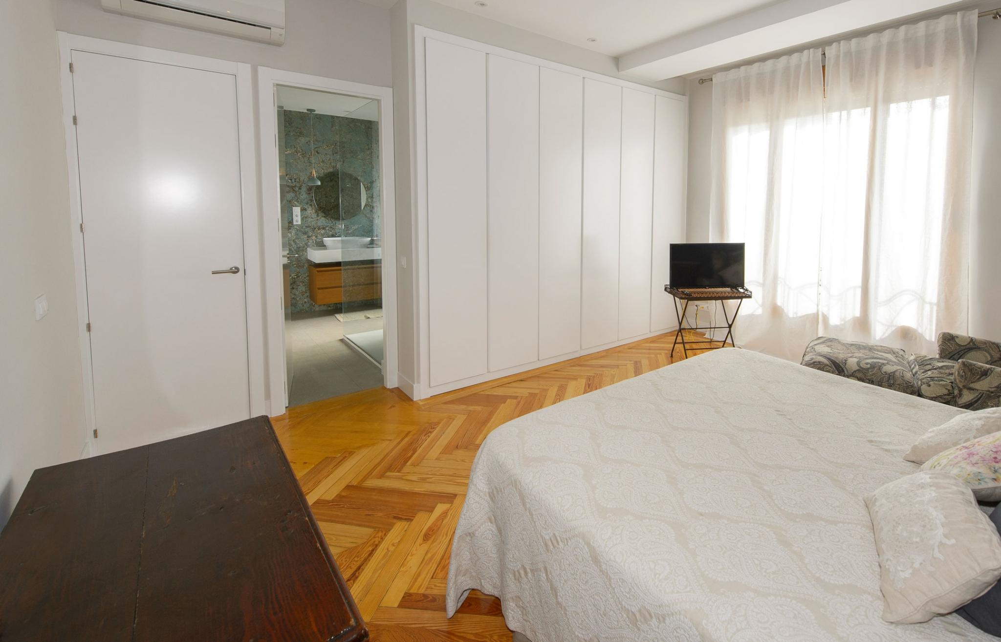 Dormitorio con baño en calle Velázquez