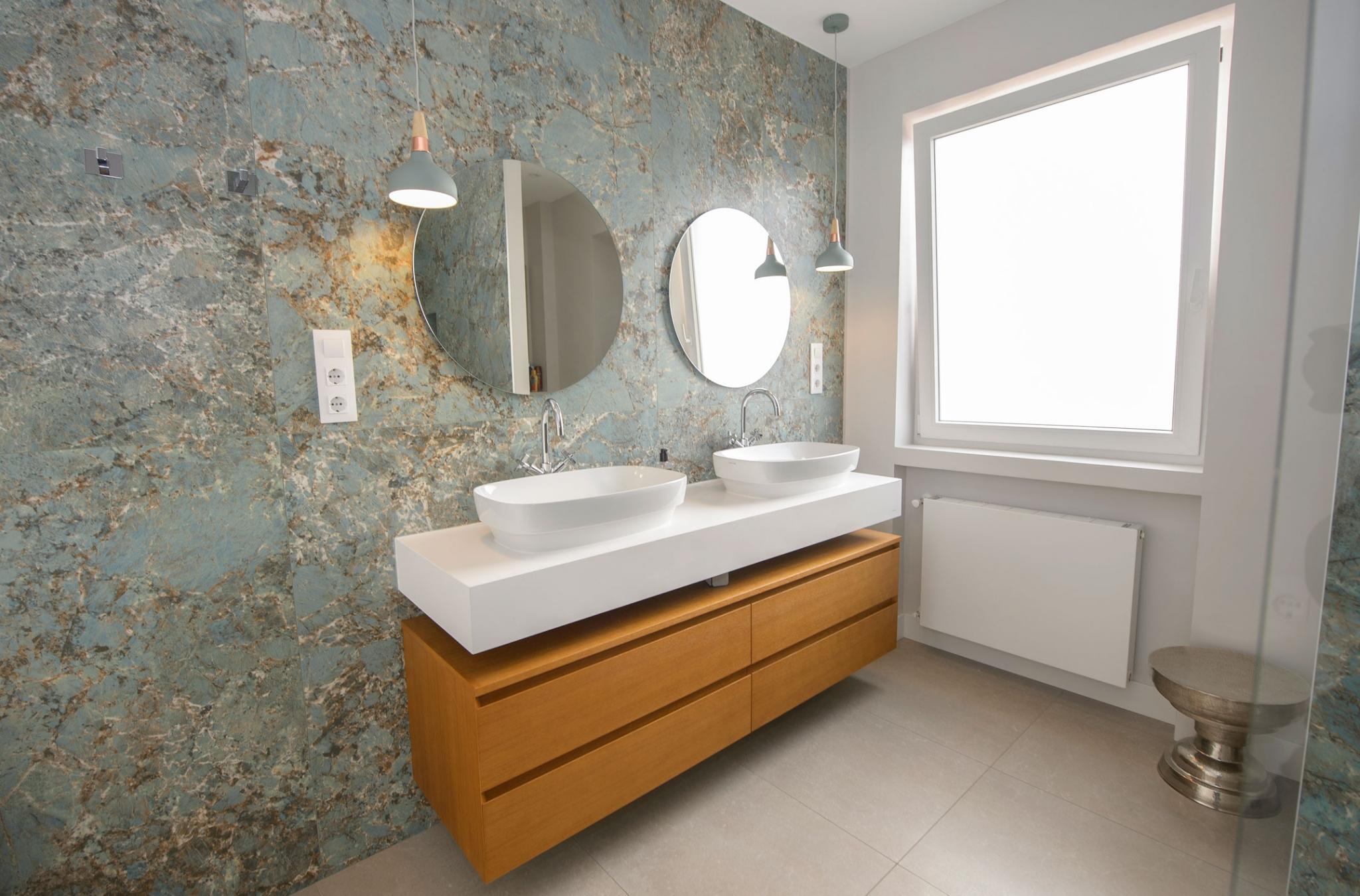 Baño en calle Velázquez con paredes en porcelánico degran formato imitación mármol