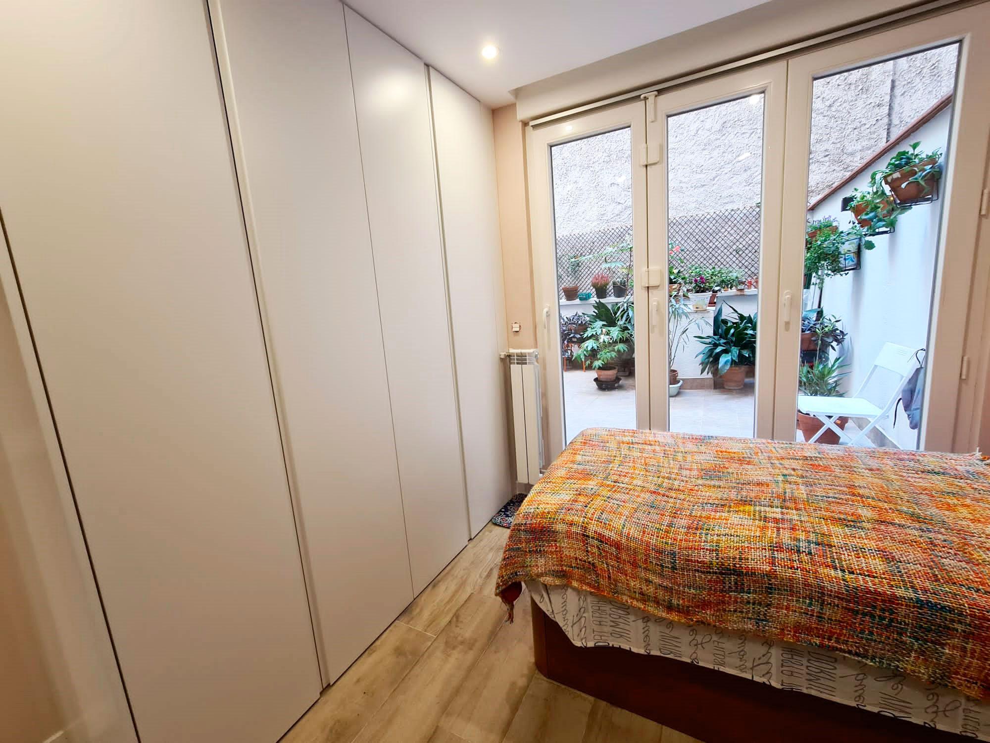Armario empotrado en dormitorio en Reina Cristina