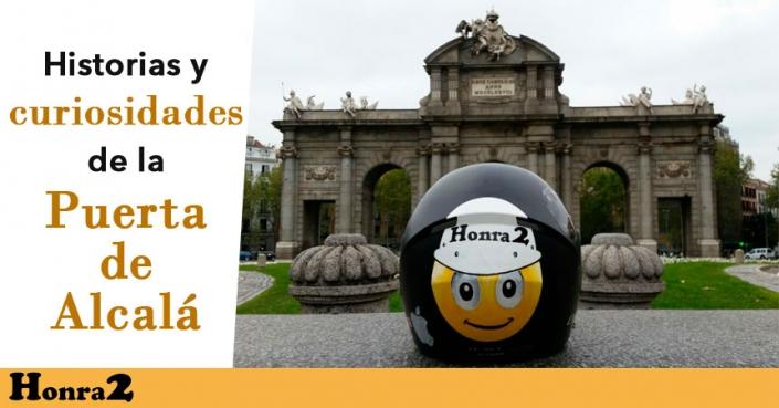 """Casco de moto con pegatina de Honra2 y el texto: """"Historia y curiosidades de la Puerta de Alcalá"""""""