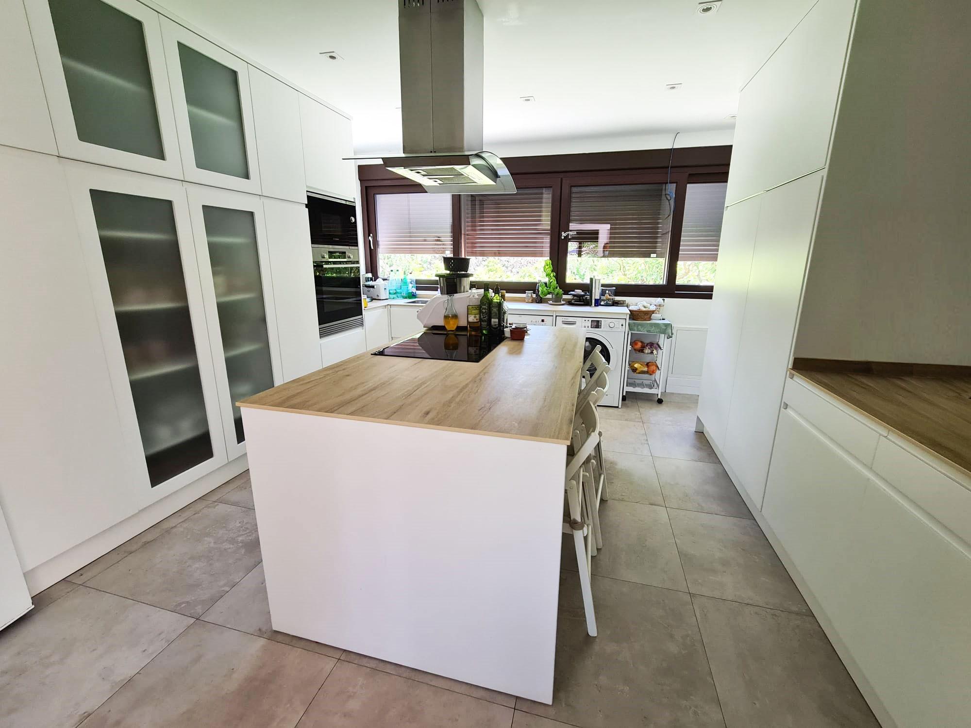 Cocina de chalet en urbanización La Finca en La Moraleja Madrid