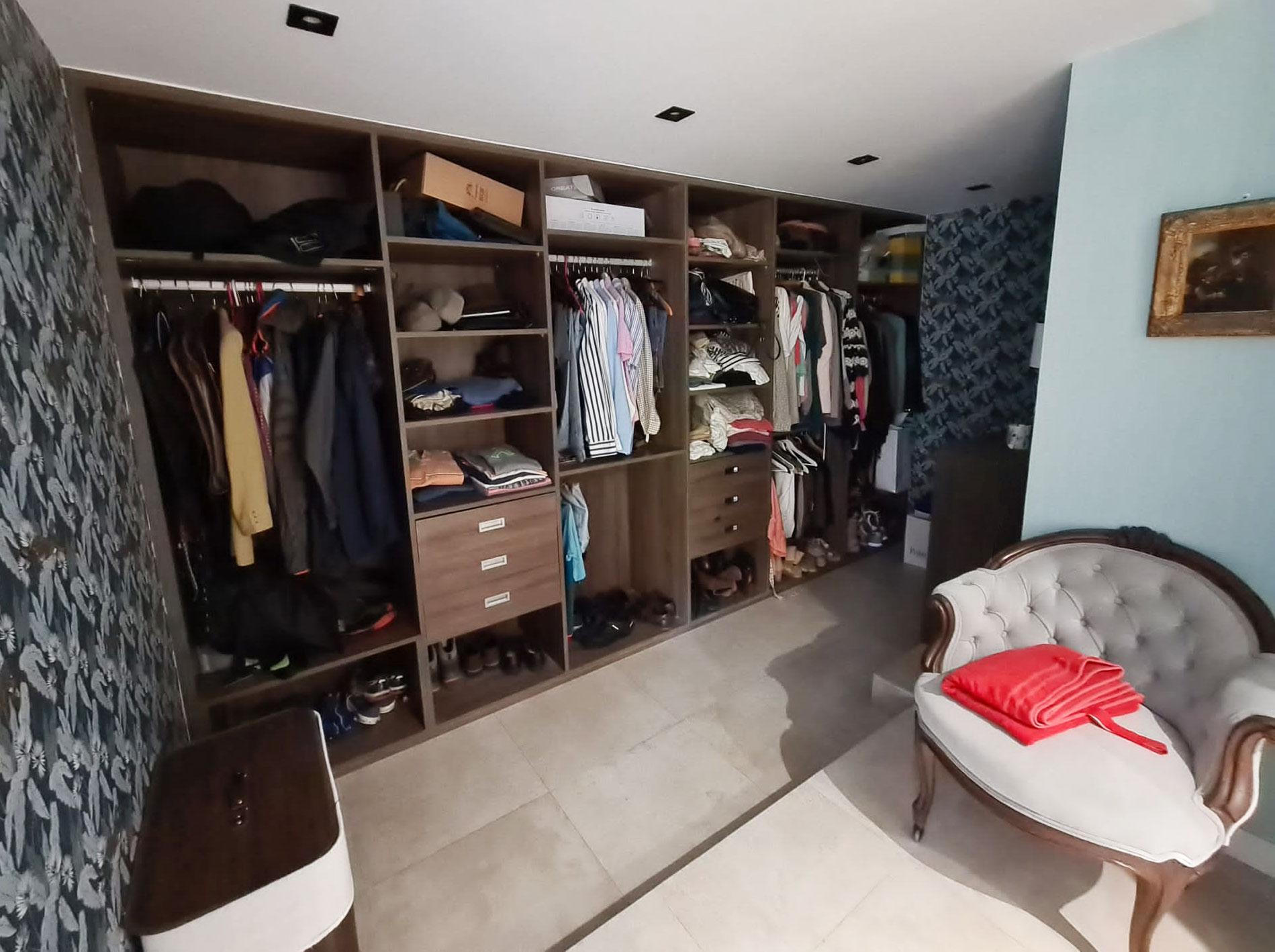 vestidor dormitorio de chalet en urbanización La Finca en La Moraleja Madrid