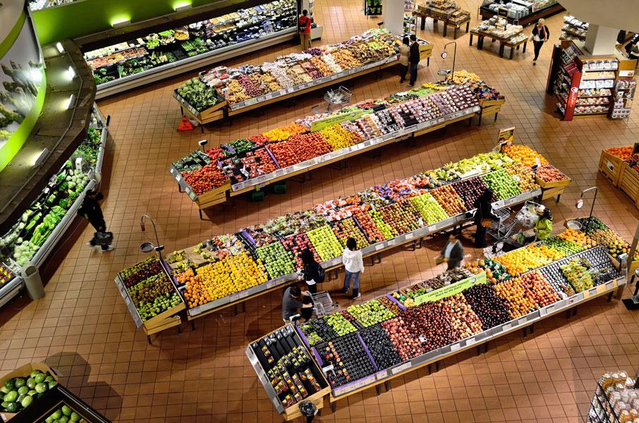 espacio de alimentación en supermercado colocado con interiorismo táctico